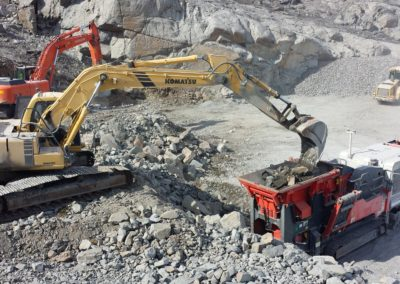 Feeding material to the jaw crusher.